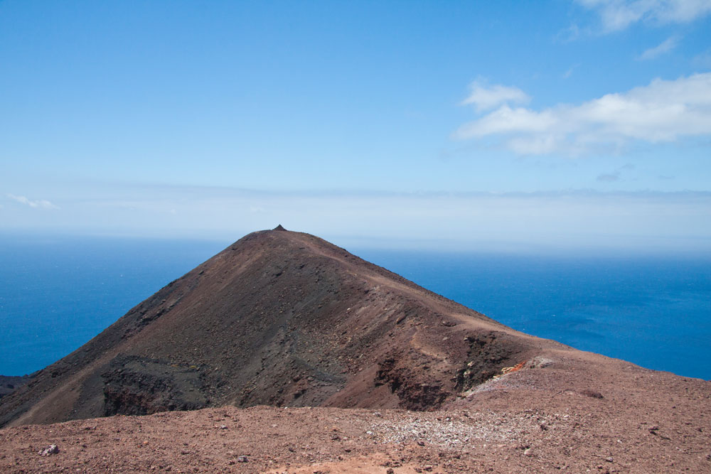 A small ridge leads to the top of the Volcano Teneguía
