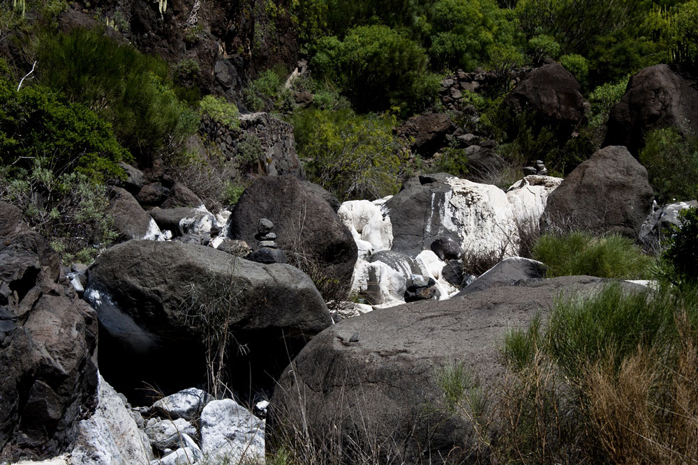 The hiking trail through the Barranco Natero often leads over large stones.