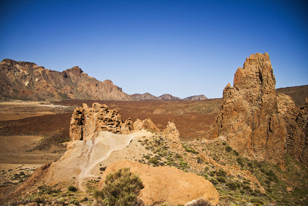Ascent to the Mirador de Ruleta with white rocks, Cathedral and Ucanca plain