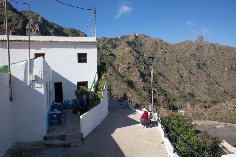 parking, hiking trail and bar in Afur