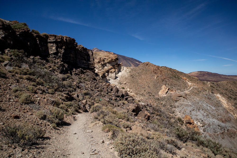 hiking path on the backside of the rock face to the ridge - Guajara 2