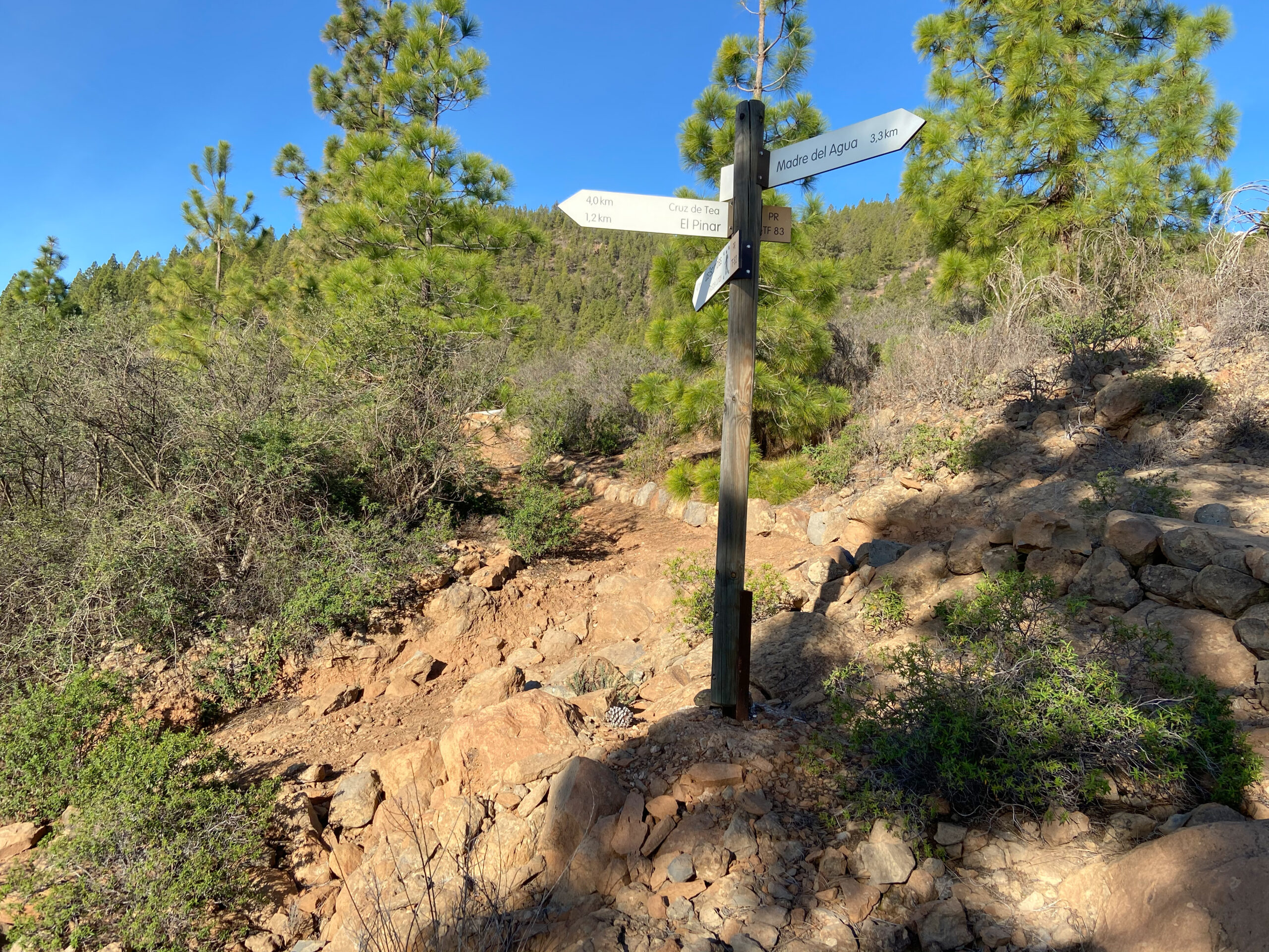 Hiking signs to the Madre del Agua - outward and return fork