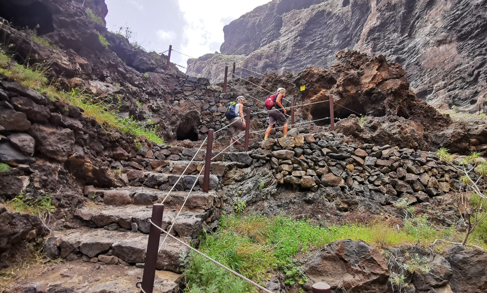 Hiking on secured stairs and with helmets in the Barranco of Masca - Photo: Robert Große Bley