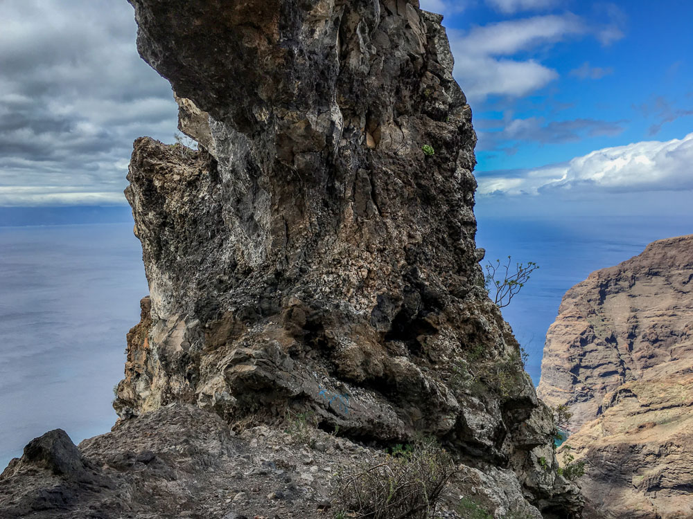 The strong rock arch in El Bujero with a view of the cliff and La Gomera.