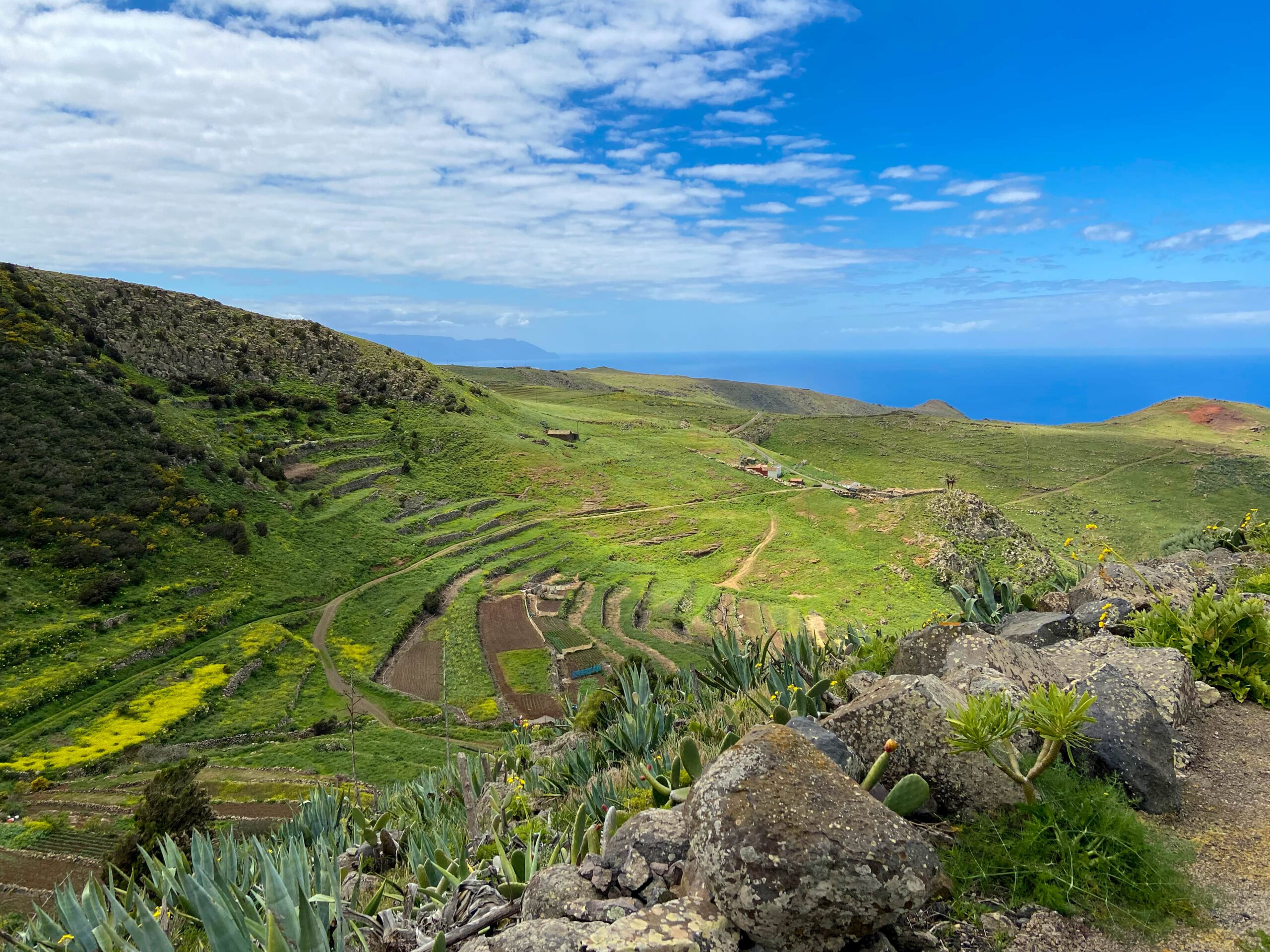 View of the plateau, the break-off edge and the neighbouring island of La Gomera